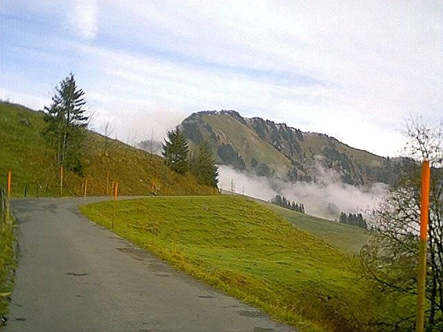 Blauer Himmel ist zu erkennen und der Rücken des Stanserhorns lacht einem entgegen.