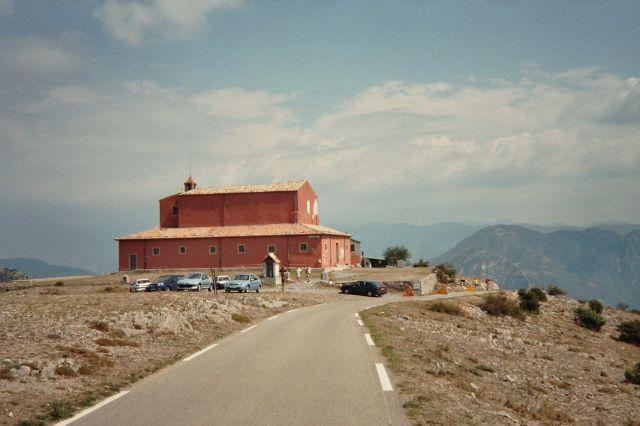 Auf der Gipfel-Anhöhe mit Kirche im Hintergrund
