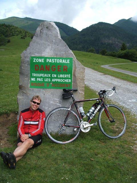 Am höchste mit dem Rennrad erreichbare Punkt am Port de Castet im vorderen Vallée d'Ossau wird vor den Gefahren durch die hier weidenden Tiere gewarnt.