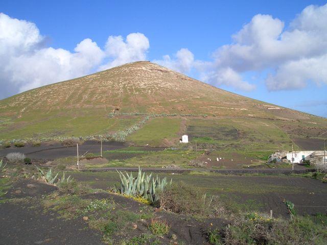 Rechts unserer Anfahrt gelegener Vulkanberg.