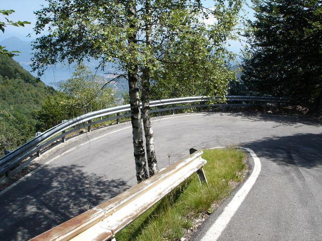 Steile Serpentinen am Beginn der Abfahrt nach S. Antonio.