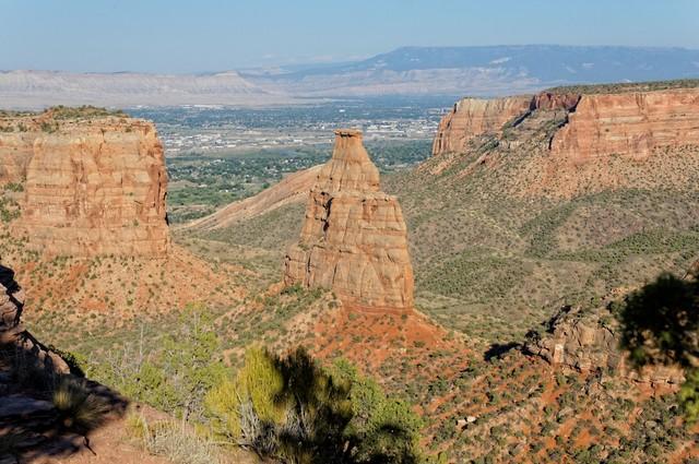 Diese markante Stele erinnert sehr an die berühmte Kulisse des Monument Valley.