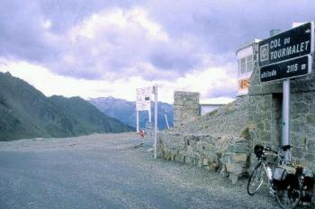 Das Passschild am Col du Tourmalet.