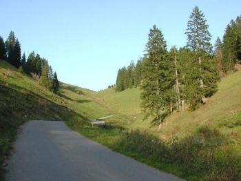 In diesem schönen, stillen Tal, klettert man das Sträßchen hoch.Hans Schreck