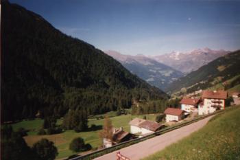 Der Blick von der S�drampe des Jaufenpasses auf St. LeonardoItalien 1999