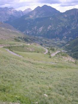 Die Südauffahrt zum Col de Vars ist landschaftlich weniger reizvoll als die Nordseite, jedoch steigt die Straße auf den letzten 6Km (hier im Bild) recht happig an.