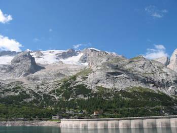 Fedaia-See, Marmolada (der höchste Berg der Dolomiten) und ihr Gletscher.