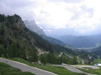 Die Ostrampe zum Gr�dnerjoch in Richtung Corvara vom Pass aus gesehen.
