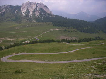 In der letzten Serpentinengruppe vor dem __[Galetto di Cadino|438] ist im R�ckblick rechts der Vorsattel zu erahnen.