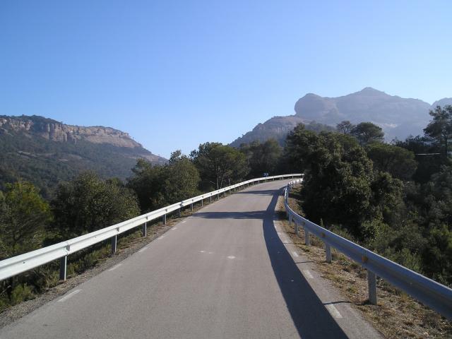 Die Nordanfahrt des __[Estenalles 428] mit dem Montcau (1053 m) im Hintergrund, der die Passhöhe überragt.