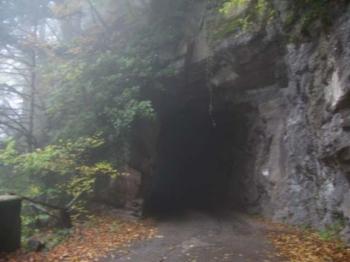 Grob in den fels geschlagener Tunnel.