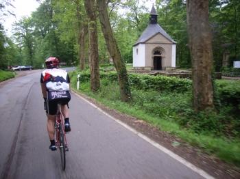 Die Waldkapelle (234 m) bei Km 1,0.