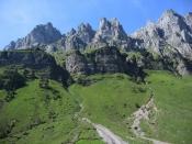 Beim Durchfahren des Urner Bodens in Richtung Klausenpass erhebt sich auf der rechten Seite ein knapp 3000m hohes Bergmassiv