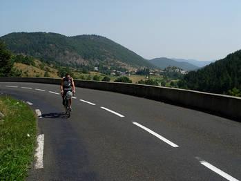 Blick zur�ck auf Belcaire kurz vor dem Col des Sept Freres.
