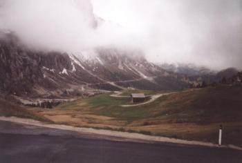 An der Passhöhe des Grödnerjochs, Blick nach WestenDolomitentour Team Roßtal Mai 2002Christian Barth