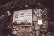 Wo sich die Wege zum Sellajoch und Passo di Pordoi trennen, steht das Denkmal für Fausto Coppi Dolomitentour Team Roßtal Mai 2002Christian Barth