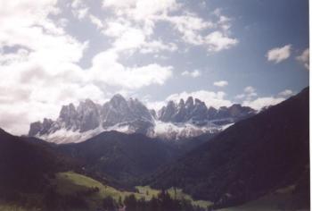Auf dem Weg zum Würzjoch erblickt man den Sellastock Dolomitentour Team Roßtal Mai 2002Christian Barth