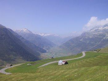 Am Ende der Abfahrt vom Oberalppass nach Andermatt sieht man Realp und den Furkapass in der Ferne.Sommertour 2001