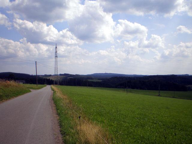 Blick vom Steinberg zur Gummershardt mit Sendemast (437m) und Wiedig (rechts).