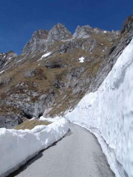 Schöne Abfahrt zwischen gefrästen Schneewänden.