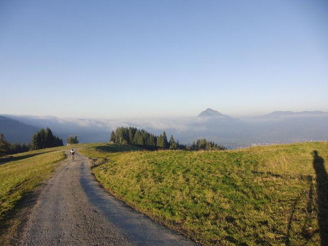 auf den Grünten und die Nebelsuppe zu, ein Dickpneu kommt entgegen