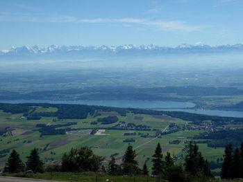 Blick auf Alpen und Bielersee.