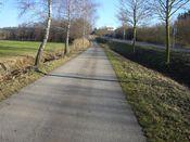 Anfangs noch der Radweg links der Stra�e.