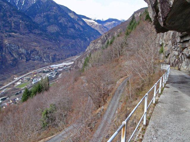 Steilhang hinauf nach Bitanengo, Blick hinunter zum Startort Brodio, 19.3.11.