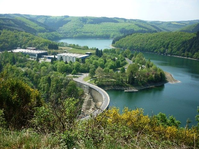 Talsperre mit Obersauerstausee nahe Esch/Sauer