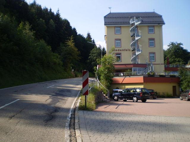 Westanfahrt: Das Haus Wiedenfelsen.