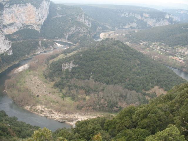 Die Schleife der Ardèche zu Füßen des Aussichtspunkts
