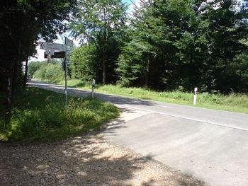 Auf der Passhöhe (Achtung die Radschilder weisen in die falsche Richtung).