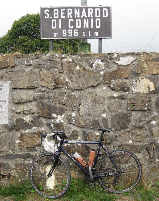 San Bernardo di Conio,  Passschild am Rande des Parkplatzes