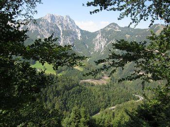 Blick vom Nordanstieg zum Loiblpass ins Tal hinunter.