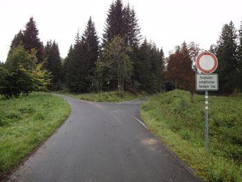 Gabelung. Nach rechts geht es direkt zur Passh�he.