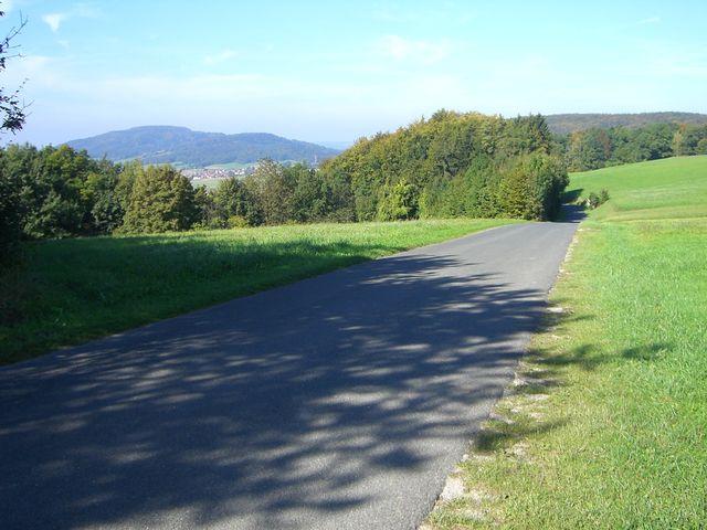 Westanfahrt von Oberhaidelbach: Blick zurück und rüber zum Moritzberg.