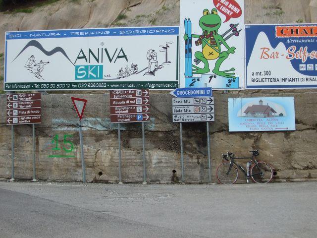 Die Abzweigung in Richtung Passo del Maniva. Nach links geht es zum Goletto di Crocette und weiter zum Croce Dómini. Ich persönlich bin der Meinung, daß an dieser Stelle zu wenig Schilder stehen.