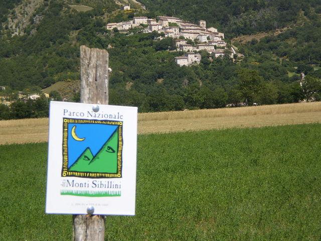 Das Symbol des Nationalparks mit Campi Vecchio im Valle Castoriana im Hintergrund.