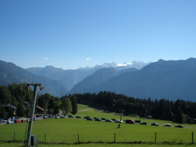 Dachstein und viel Betrieb beim Berghotel.