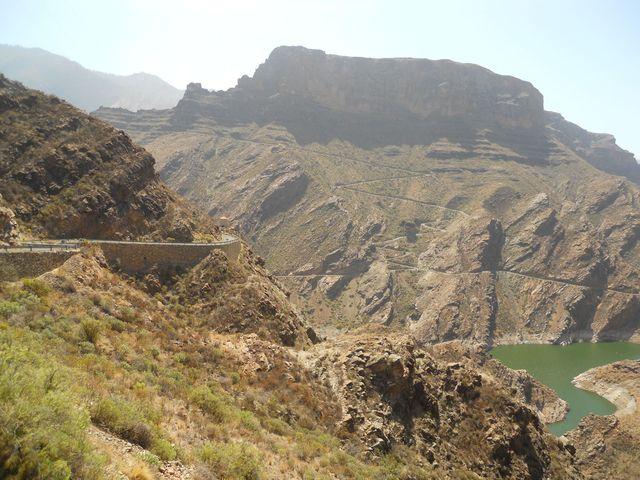 Aus der Ferne - die ersten supersteilen Kehren der GC 606 - von der gegenüberliegenden Seite des Tals der Tränen aus gesehen.