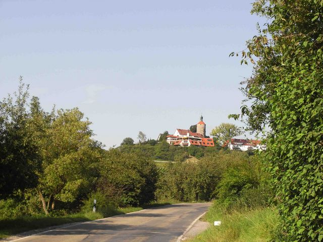 Im Anstieg mit Blick auf Burg Alt-Winnenden und dem darunter liegendem Café-Restaurant Schöne Aussicht