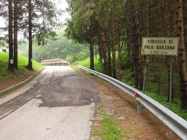 Pala Barzana, Passschild an der Westanfahrt kurz vor Erreichen des Scheitelpunkts
