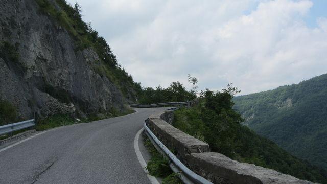 Nordwestanfahrt: Für ein paar hundert Meter führt die Straße direkt am steilen Felsabbruch entlang.