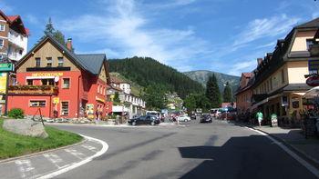 Der Einstieg in Pec pod Sně�kou ist links am roten Haus.
