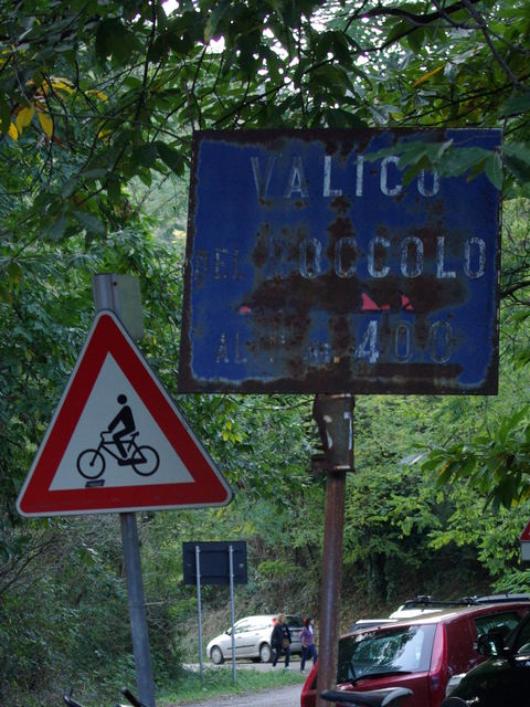 Das schon ziemlich verwitterte Passschild am Valico del Roccolo