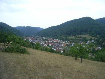 Blick auf Eußerthal, die Auffahrt beginnt im Tal hinten links