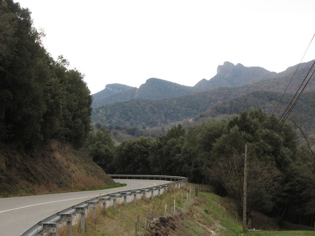 Ostanfahrt: Hinter Santa Pau, am Horizont die Serra de Finestres.