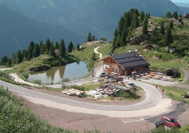 Von der Passhöhe sieht man das knapp unterhalb gelegene Wirtshaus.