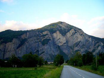 Blick aus dem Tal, oben sieht man die Straße nach Huez