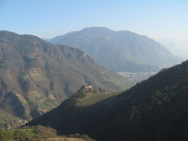07 Schloss Rafenstein von der Afinger Strasse aus. Am Horizont Kohlern, knackige Aufstiege von links und rechts